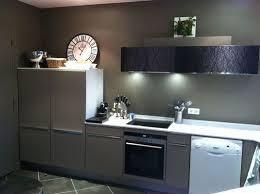 centre cuisine cuisine design laque mate taupe avec meuble haut façade verre avec