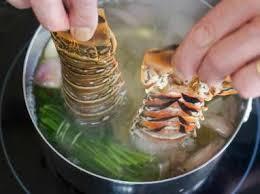 cuisiner une langouste queue de langouste pochée recette de langouste pochée au court
