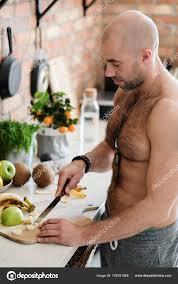 homme nu cuisine homme torse nu à la cuisine photographie yekophotostudio 159181968