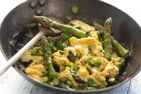 cuisine asperges vertes comment préparer des œufs brouillés aux asperges vertes recette