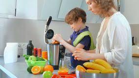 cuisine enfant fait maison jus d orange frais fait maison caucasien de mère et d enfant