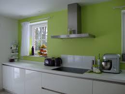 cuisine blanche mur framboise décoration deco cuisine couleur framboise 36 colombes deco