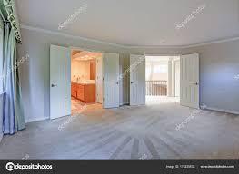 vide chambre vide chambre avec moquette et murs gris photographie alabn