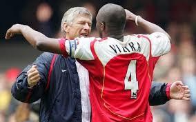 Arsene Wenger se abraza con Patrick Vieira