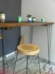 pied pour bureau une table haute et des tabourets hauts pour chloé et