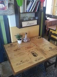 cassette vino simpatico piano di un tavolino realizzato con il legno di recupero