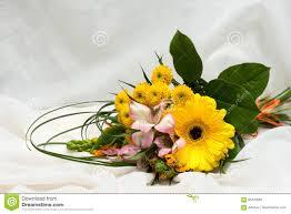 bouquet de fleurs roses blanches bouquet des fleurs roses blanches oranges et jaunes beaucoup de