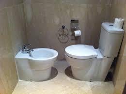 wc y bide enfrentados espacio para una persona poder colocar