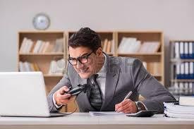 jeux de travail dans un bureau gamer homme d affaires dans le bureau jouer à des jeux banque d