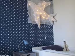 chambre peinte en bleu dans cette chambre de garçon tout un pan de mur est tapissé de