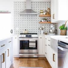 white shaker kitchen cabinets wood floors 10 gorgeous kitchens with wood floors