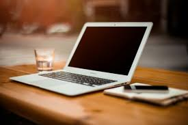 ordinateur portable ou de bureau ordinateur portable sur le bureau bureau télécharger des photos