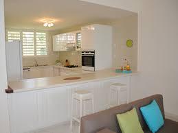 cuisine avec comptoir comptoir de cuisine americaine rayonnage cantilever