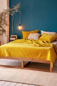 chambre jaune et bleu chambre jaune moutarde les coloris à associer