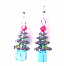 these christmas tree earrings with swarovski crystals reflect the
