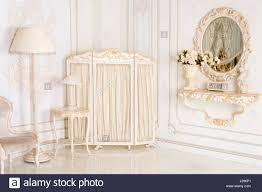 Schlafzimmer Helle Farben Luxus Schlafzimmer In Hellen Farben Mit Spiegel Und Paravent