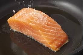 cuisiner pavé de saumon poele comment saisir à la poele un pavé de poisson technique de cuisine