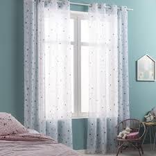 chambre d enfant bleu des voilages bleus aux motifs étoiles pour une chambre d enfant