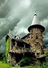 bureau de change clichy maison de sorcière avec ciel d orage witch house with sky