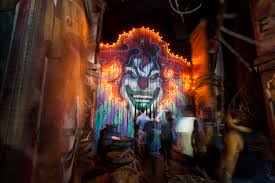 halloween horror nights pictures horror vs boo which theme park delivered the best halloween