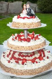 hochzeitstorte erdbeeren hochzeitstorte mit erdbeeren stockfoto bild 67194736