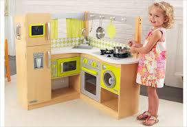 les enfants en cuisine cuisine d angle en bois jouet cuisine kidkraft bois naturel et jaune