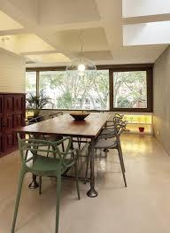el comedor está definido por la mesa de restoration hardware y las
