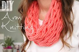 how to arm knit a single wrap infinity scarf in 20 minutes with