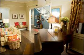 Phil And Claire Dunphys Modern Family House For Sale - Modern family living room