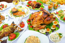 table full of food 4 reasons to avoid eating heavy food at night