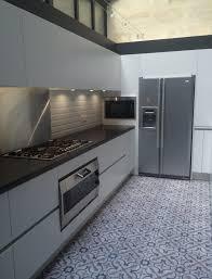 cuisine bordeaux mat cuisine coloris blanc mat et plan de travail granit noir bordeaux