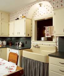 old fashioned kitchen fruity wallpaper on an old fashioned kitchen cretíque