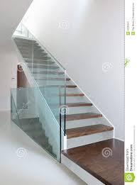 barandilla de cristal escaleras de madera con la barandilla de cristal foto de archivo