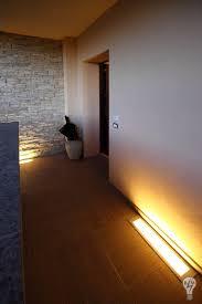 illuminazione a pavimento illuminazione artistica abitazione moderna con mansarda ingresso