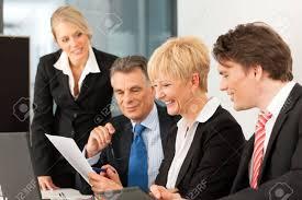 equipe bureau business réunion de l équipe dans un bureau avec un ordinateur