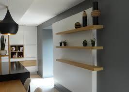 cuisine contemporaine blanche et bois cuisine contemporaine blanche avec ilot et table en bois