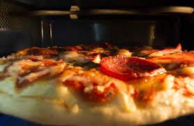 cuisiner une pizza utiliser votre micro ondes pour cuire votre pizza recettes de pizza