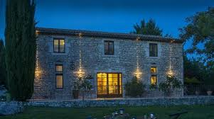chambre d hote barjac façade de la maison d hôtes vue de nuit photo de la grange de