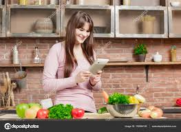 tablette pour recette de cuisine femme utilise une tablette pour le shopping en ligne et de la