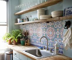 decorer une cuisine des étagères ouvertes dans la cuisine