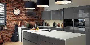moderne kche mit kleiner insel kleine küche insel grau panel und weiße spitze sowie grau l form