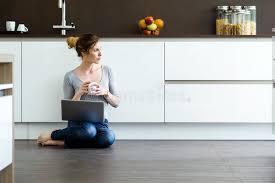 femme nue cuisine femme à l aide de comprimé numérique dans la