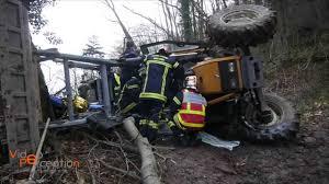 tracteur en bois le tracteur sur le flanc le conducteur coincé dans la cabine