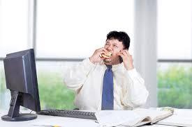 sexe au bureau travailleur de sexe masculin mangeant l hamburger dans le bureau