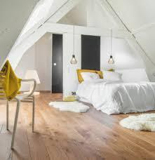 chambre sous combles couleurs déco mur couleur blanche parquet clair en bois lit linge de lit