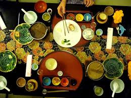 L'art de bien se tenir à table au Japon  Images?q=tbn:ANd9GcSVdbjInxmXSiOHv5us0PVTeUhDozhKNsj4vxIpPbgaCo3M90gn
