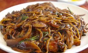 cuisiner des pates chinoises nouilles chinoises sautées au poulet aux légumes marmite du monde