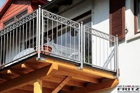 holzbelag balkon anbaubalkon aus holz mit einem geländer das feuerverzinkt und