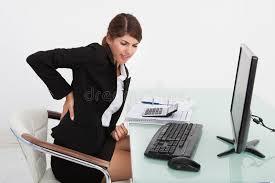 bureau m al femme d affaires souffrant du mal de dos au bureau d ordinateur