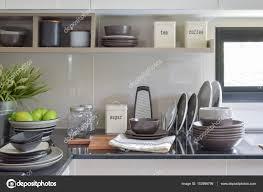 plats en céramique et les bols sur le comptoir et étagère dans la